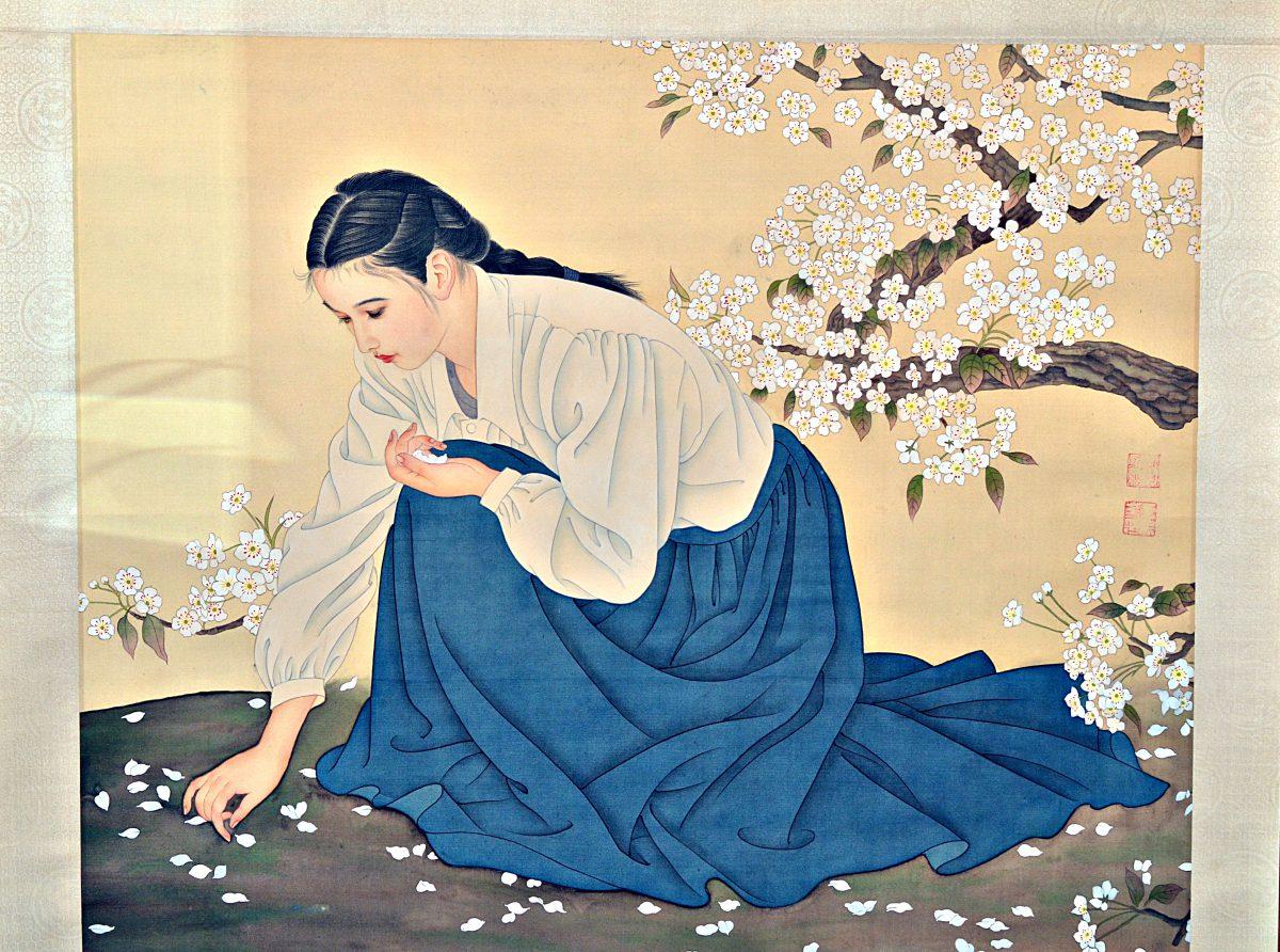 Femme ramassant des pètales