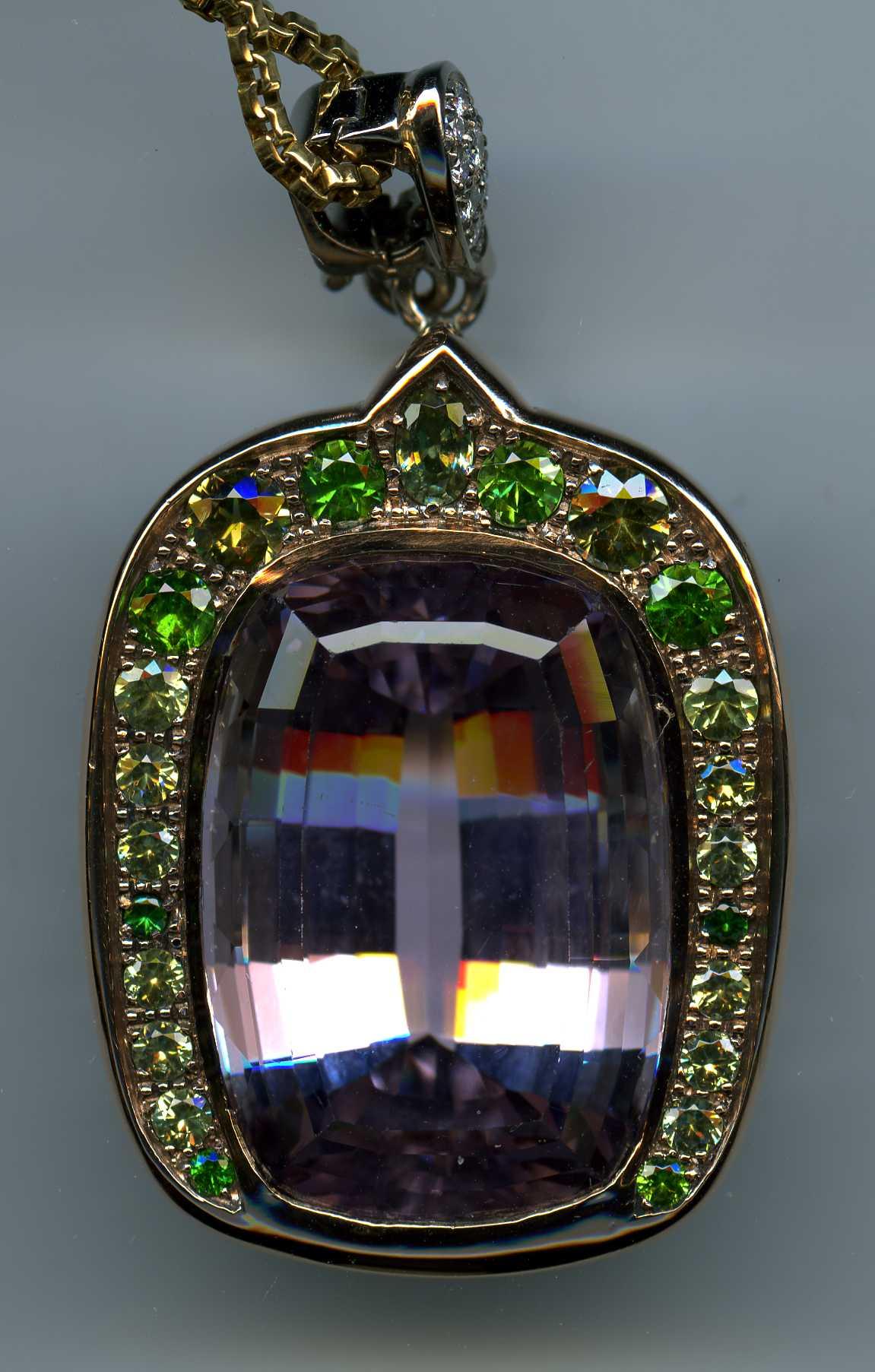 Pendentif, kunzite de 70 carats et grenats démantoïdes en chute de couleur et de poids.
