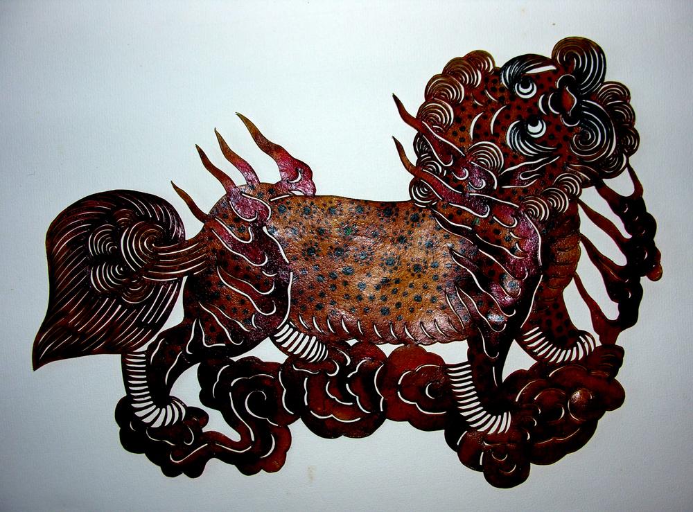 """"""" Lion dans les nuées """" - Cuir découpé et peint - 20 x 28,5 mm - Province du ShenXi"""