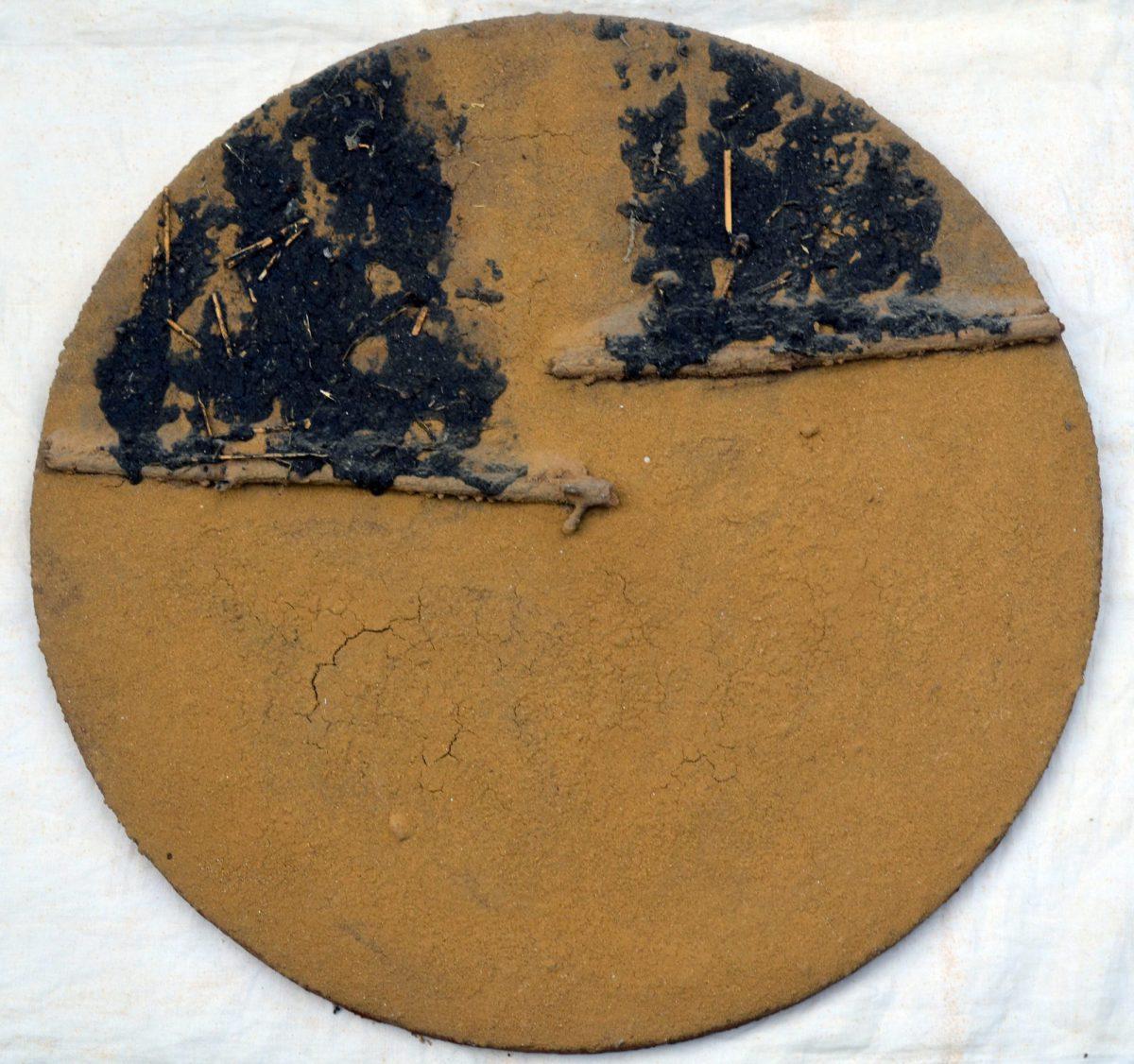 Angel Alonso -Tondo - Chutes de goudron sur terre - Ø 60 cm - 1975