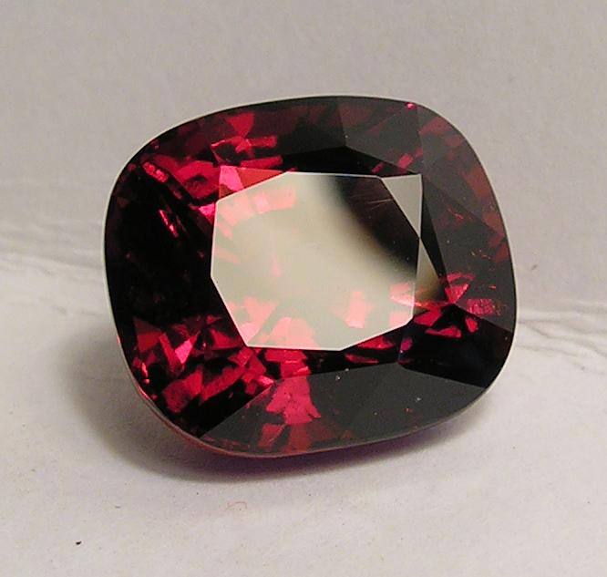 Poids: 16 carats 78  Provenance: Mozambique  Dimensions: 15,16 X 13,32 X 10,68 mm  Taille: Coussin  Couleur: rouge orangé  Grenat Hessonite