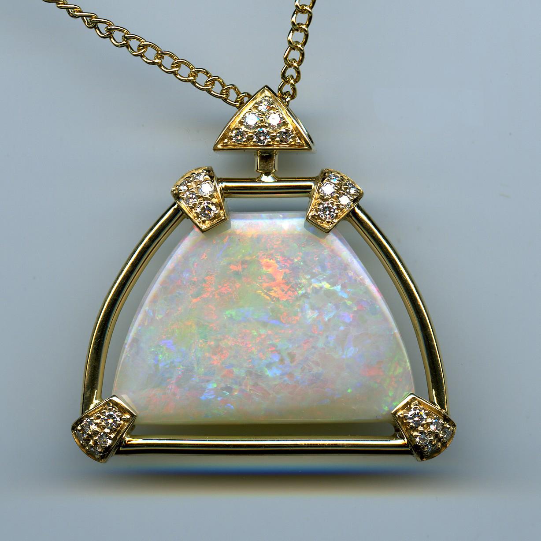 Pendentif opale de 26 carats 51 taillée en troïdia, double face.