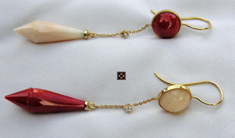 Boucles d'oreilles en corail rouge et blanc, et brillants, montées sur or jaune, 12,8 grs